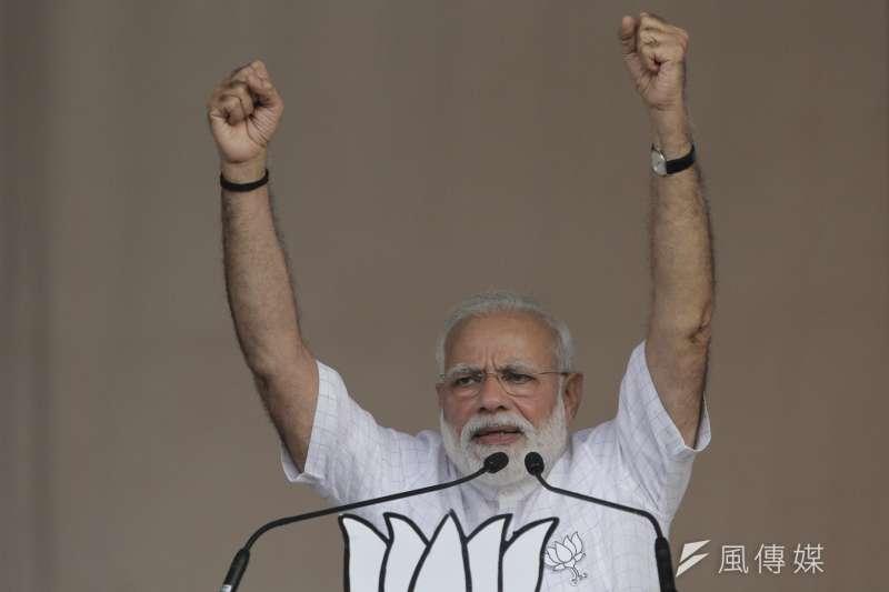 印度總理莫迪演講時高舉雙手。(AP)