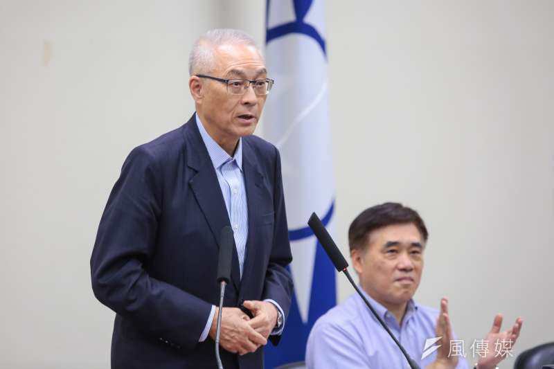 國民黨主席吳敦義(左)24日在中常會上表示,國民黨要將主動或被動有意參選的候選人,全部納入初選機制中。(資料照,顏麟宇攝)
