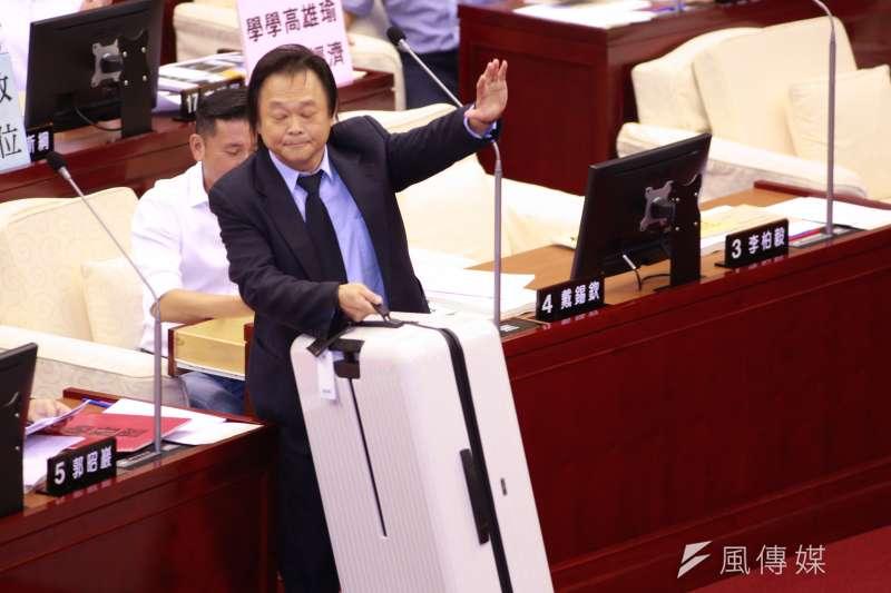 民進黨台北市議員王世堅(見圖)10日質詢時,準備一只白色行李箱送給台北市長柯文哲,要柯若另有大志、心不在此,就請柯做個了斷、打包走人。(簡必丞攝)