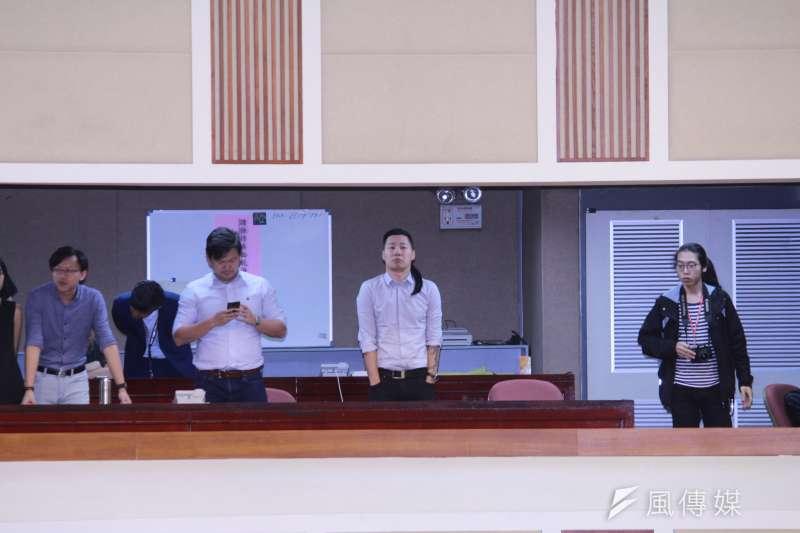 20190410_時代力量台北市黨部主委、立委林昶佐親自到議會「督軍」。(方炳超攝)