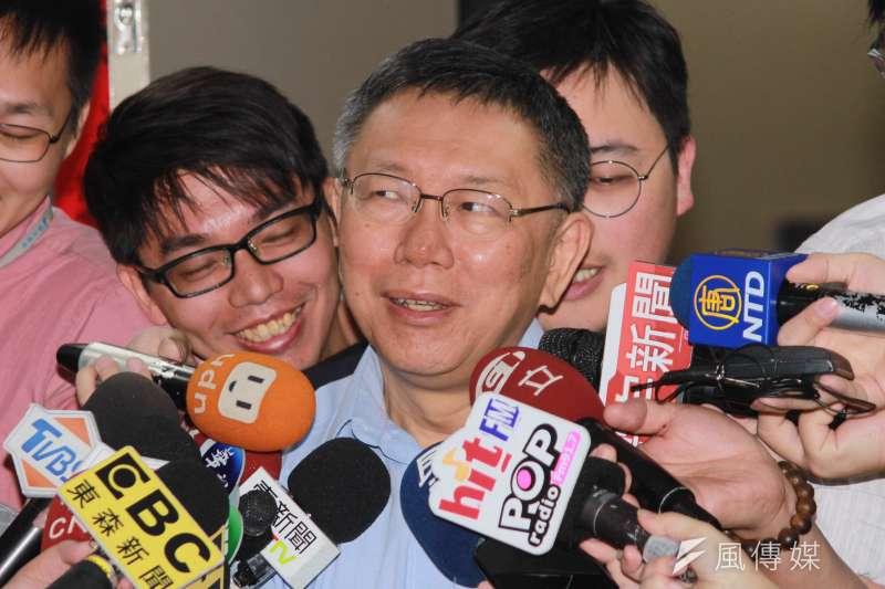 台北市長柯文哲10日在市府接受媒體聯訪,對於有網友認為可以組成最強無黨籍「蔡柯配」或「柯蔡配」,柯回應,這種消息聽起來都很驚悚。(方炳超攝)