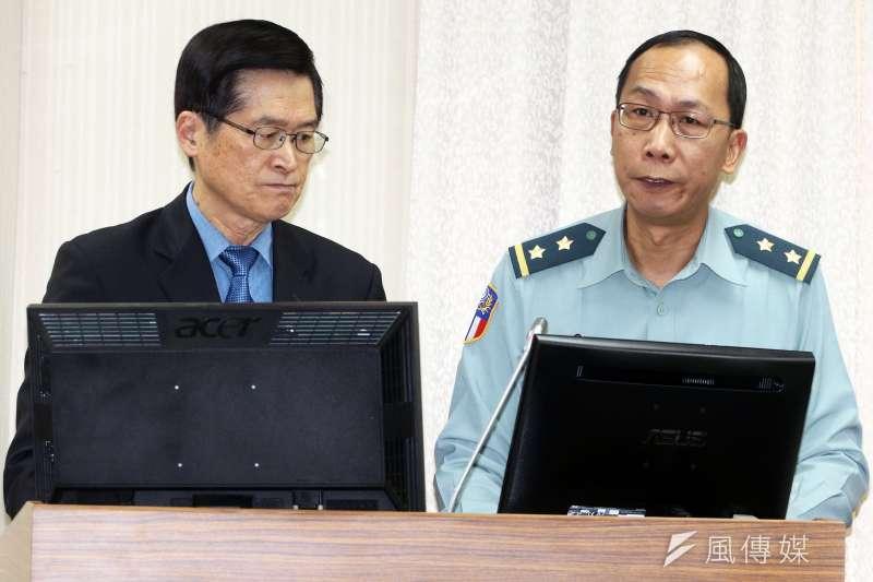 20190410-國防部長嚴德發(左)、陸軍司令部參謀長楊海明(右)10日出席外交國防委員會。(蘇仲泓攝)