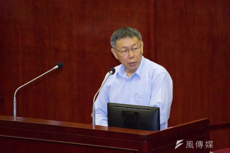 台北市長柯文哲11日出席台北市議會備詢,針對日前開設微博帳號遭到議員質疑其目的,柯文哲僅回應「開微博不用錢」。(甘岱民攝)