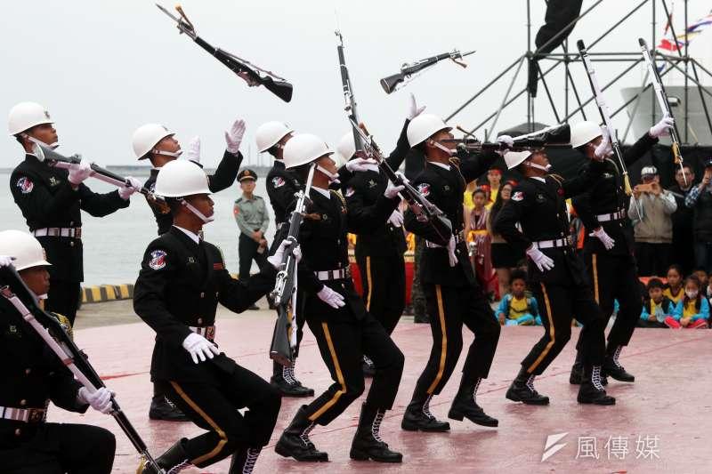 20190412-三軍儀隊平時擔負重大慶典、大型活動操槍表演以及駐防點禮兵等勤務,是國軍榮譽和傳統兼具的單位。圖為海軍儀隊操演。(蘇仲泓攝)