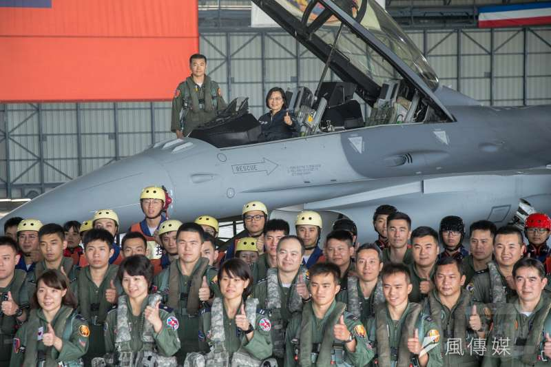 20190412-總統蔡英文日前前往空軍嘉義基地視導,會後與官兵合影。前排左一的周姓中尉,是空軍第二位F-16戰機女飛官,因此曝光。(蘇仲泓攝)