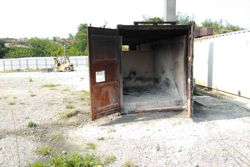 民眾反映大寮區拷潭里有民眾將庫錢及殯葬禮儀用品,放置於貨櫃內進行燃燒。(圖/徐炳文攝)