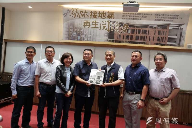 台中市五大公會捐贈溪西圖書館購書補助,由文化局張大春局長代表接受。(圖/記者王秀禾攝)