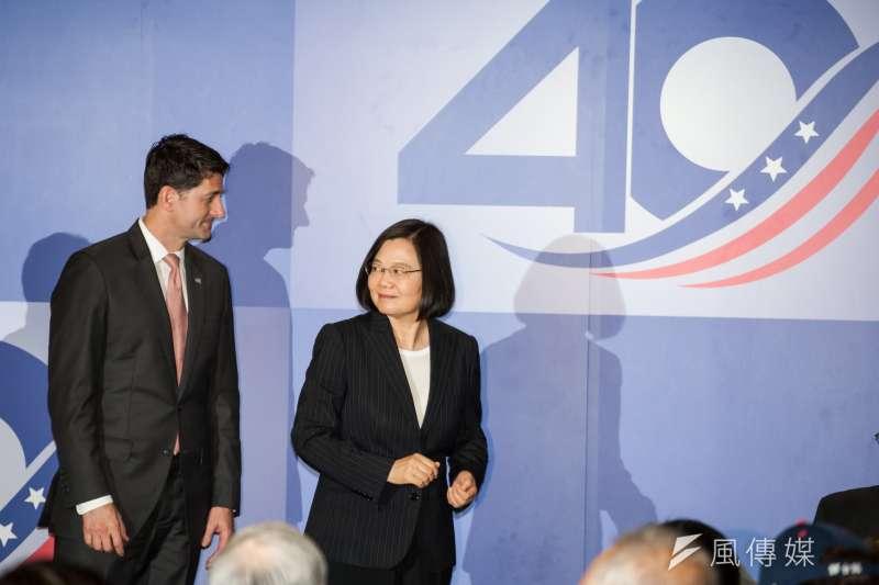 總統蔡英文(右)與美國聯邦眾議院前議長萊恩出席《台灣關係法》40周年慶祝酒會。(甘岱民攝)