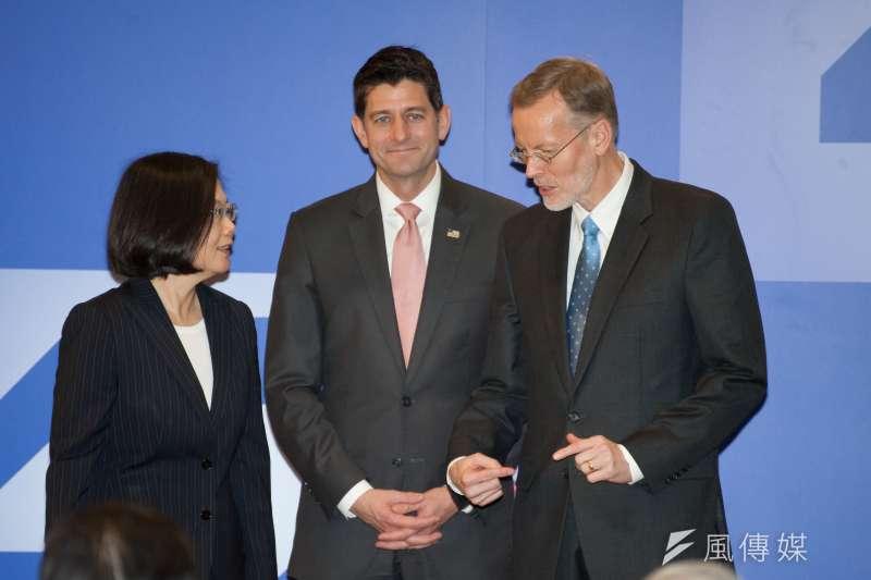 台灣關係法四十周年友誼慶祝酒會,總統蔡英文(左起)、前美國眾議院長保羅•萊恩與美國在台協會台北辦事處長酈英傑。(甘岱民攝)