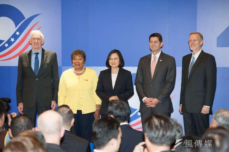 《台灣關係法》40周年慶祝酒會,總統蔡英文與美國在台協會主席莫健(左起)、聯邦眾議員江笙、聯邦眾議院前議長萊恩、美國在台協會台北辦事處處長酈英傑。(甘岱民攝)