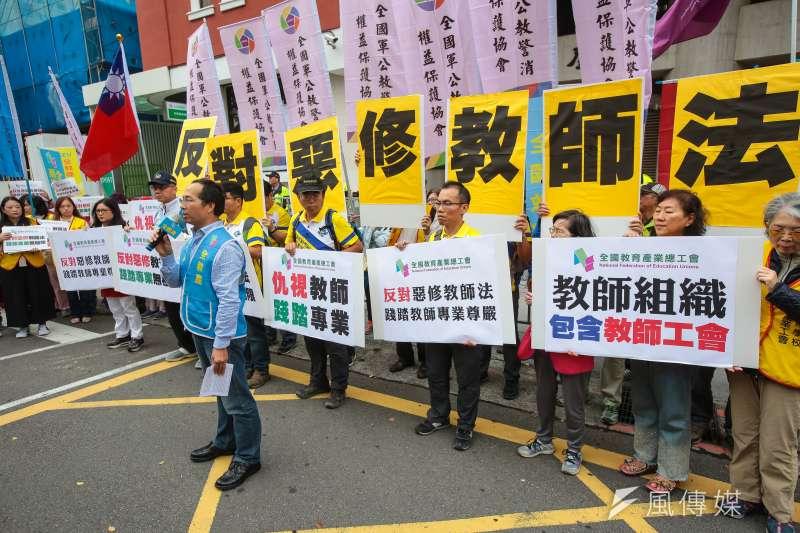 全教產理事長黃耀南與教師召開「嚴正反對惡修教師法,抗議政府帶頭霸凌教師」記者會。(顏麟宇攝)