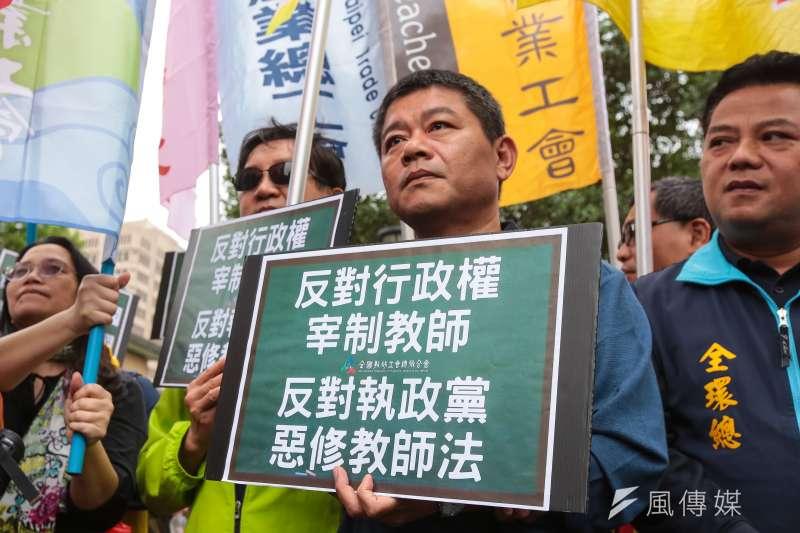 面對教師工會反對修法教師法,作者認為,教師工會反擊讓有可能改變的教育生態,再次被部分教師的保守勢力掌控。(資料照,顏麟宇攝)