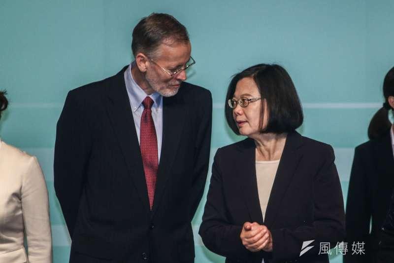 女性經濟賦權高峰會:總統蔡英文與美國在台協會台北辦事處處長酈英傑。(蔡親傑攝)