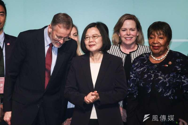 20190416-總統蔡英文(中)16日出席「台美全球合作暨訓練架構-婦女賦權場次」,左為AIT處長酈英傑,右為美國國會議員Eddie Bernice Johnson。(蔡親傑攝)