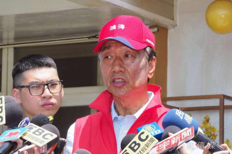 鴻海董事長郭台銘(右)說,老婆曾馨瑩對他選總統很不諒解,不過母親總是默默支持他。(資料照,林瑞慶攝)