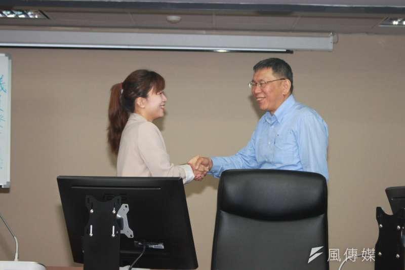 台北市長柯文哲(右)今日中午拜會台北市議會時代力量黨團,這是柯文哲本屆、本會期首次拜會黨團說明重要法案。圖左為時代力量黨團總召林穎孟。(方炳超攝)