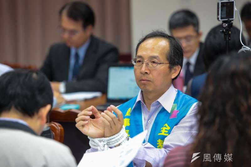 全教產理事長黃耀南17日出席立法院教育文化委員會公聽會,將雙手用繩子綑綁表達抗議。(顏麟宇攝)