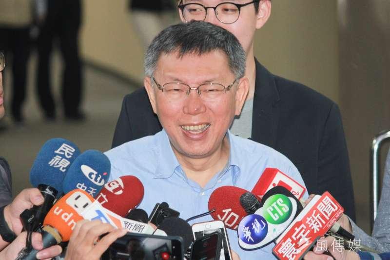 台北市長柯文哲17日在市府簡短受訪。(方炳超攝)