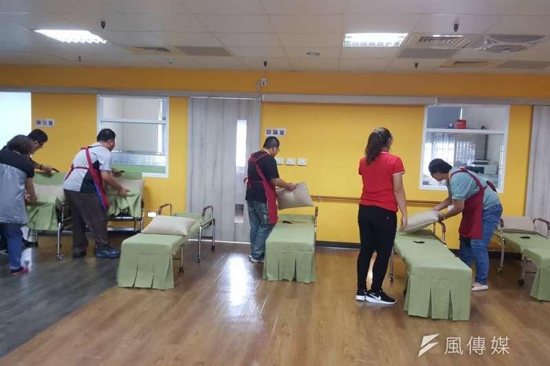 高雄市政府勞工局與市立凱旋醫院,合作辦理身心障礙者照顧服務員職業訓練班。(圖/徐炳文攝)