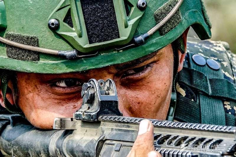 即使現行作戰方針偏向守勢,海軍陸戰隊執行兩棲登陸仍具有攻勢意義,海軍陸戰隊66旅16日在高雄左營軍區進行特有的兩棲基地訓練。(取自海軍官方臉書)