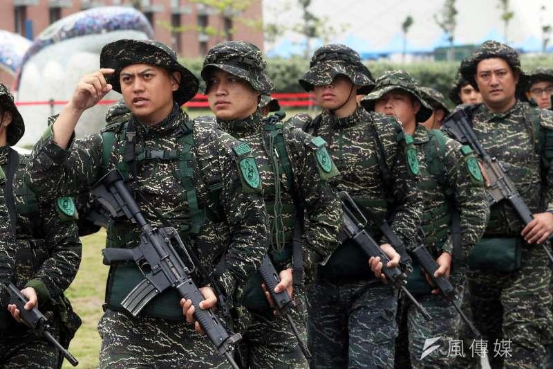 20190417-海軍陸戰隊66旅(圖)及陸戰隊99旅近期悄悄戴上新的團體臂章,除陸戰隊徽、部隊代號,上頭還多了一名古代武士。(蘇仲泓攝)