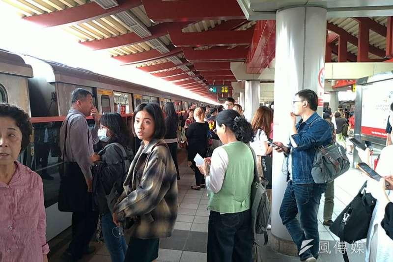 20190418-花蓮縣秀林鄉18日下午13:01發生規模6.1有感地震。台北捷運暫停服務,乘客陸續下車。(風傳媒)