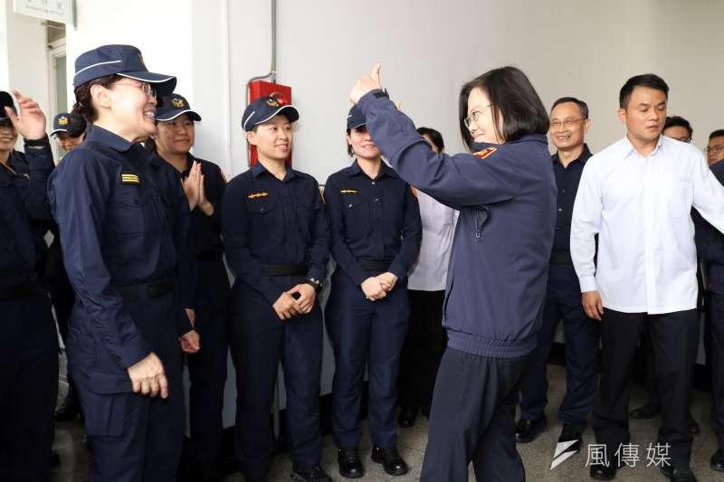20190418-警政署上午舉行全國警察換裝典禮,總統蔡英文身著新式制服外套親自出席,並與員警互動。(蘇仲泓攝)