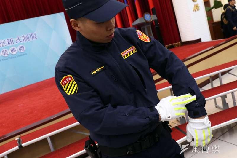 20190418-警政署上午舉行全國警察換裝典禮,會中由警員展示新制服的機能性,包括外套上新增許多能夠收納的空間。(蘇仲泓攝)
