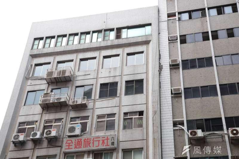 今(18)日下午1點01分花蓮發生地震,全台各地多處有感,台北市最大震度4級,而位於台北市長安東路二段81號的大樓(圖右)發生傾斜意外。(顏麟宇攝)