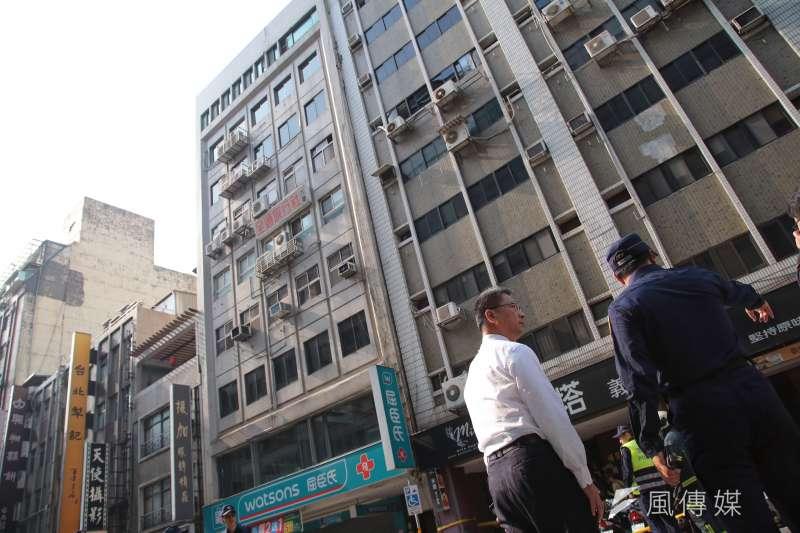 花蓮秀林鄉18日13點01分發生規模6.1地震,台北市長安東路二段81號大樓7樓以上傾斜至旁棟81號,內政部長徐國勇至現場視察。(顏麟宇攝)