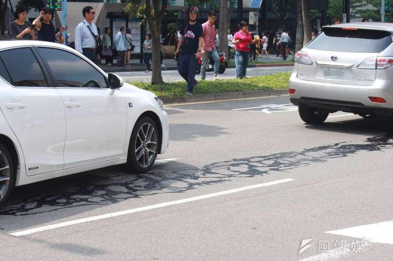 4月18日午時發生6.1地震,台北市松仁路傳出道路龜裂,已證實為修補路面龜裂的填縫膠劑,無安全顧慮。(資料照,方炳超攝)