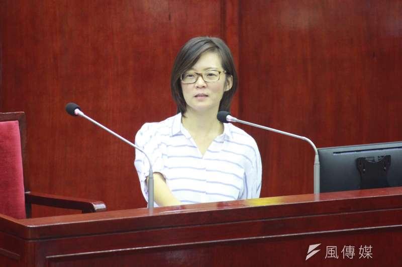 台北市社會局長陳雪慧18日出席台北市議會備詢,面對台北市議員潘懷宗質疑敬老卡期限問題,陳雪慧表示會考慮使用累積一季的方式。(方炳超攝)