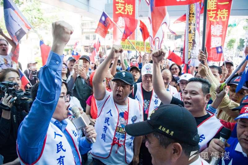 -韓國瑜支持者遞交連署書要求國民黨徵召韓國瑜參選總統。(甘岱民攝)