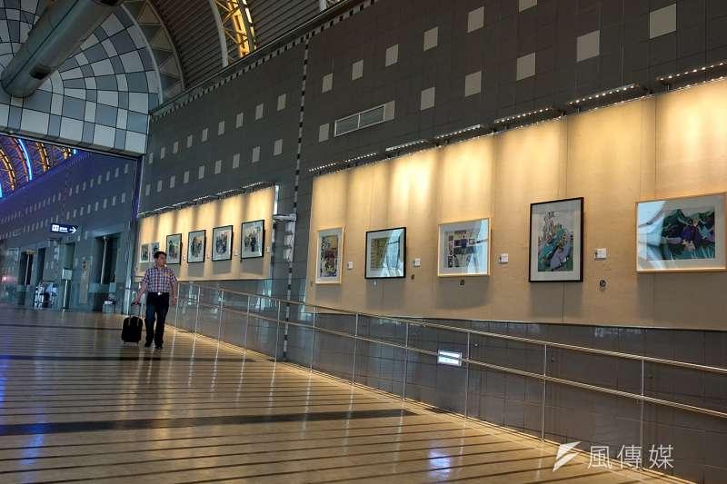正修科大藝文處策展的「島南小室日日晴-黃湘創作個展」,正在高雄國際機場出境廳中央藝廊展出。(圖/徐炳文攝)