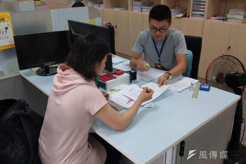 高雄市政府勞工局辦理「幸福高雄移居津貼」自即日起開始受理申請。(圖/徐炳文攝)