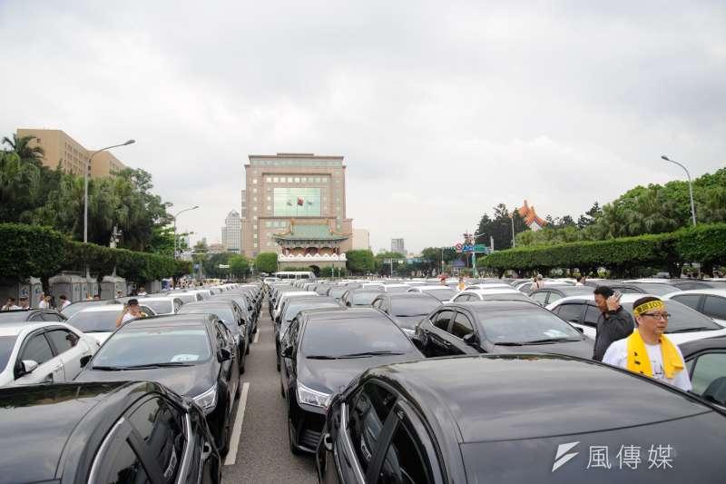 「網路叫車平台自救會」抗議交通部修法,21日代雇駕駛將車輛停在凱達格蘭大道上。(甘岱民攝)