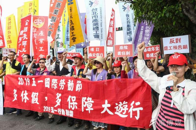 筆者闡述台灣勞工階級現況,並指出藍領薪資停滯不前與台灣不尊重專業技術及雇主的惡意壓榨相關。圖為五一行動聯盟4月舉行「多休假!多保障!」勞工遊行行前記者會。(資料照,蔡親傑攝)