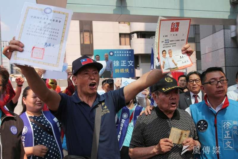 國民黨資深基層黨員到國民黨中央,訴求徵召韓國瑜參選總統。(顏麟宇攝)