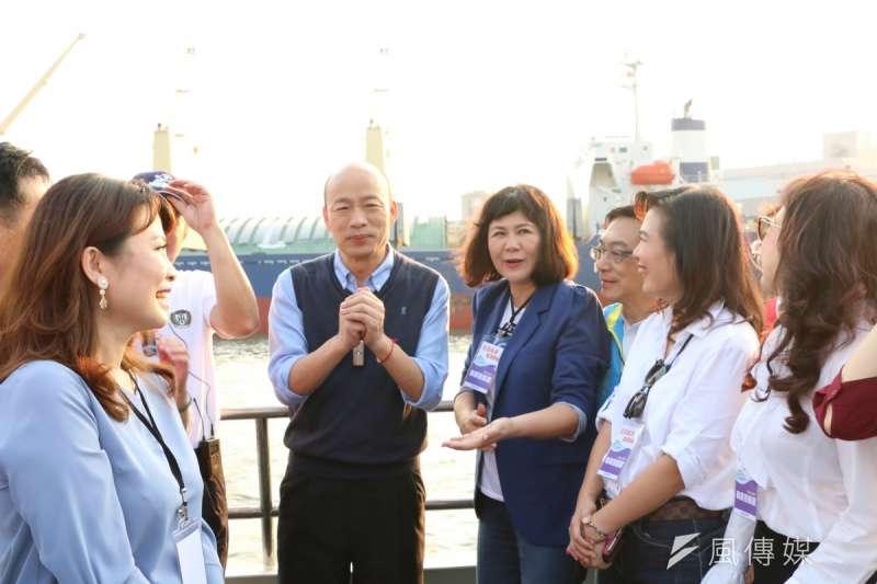 高雄市長韓國瑜(後左二)今晚在臉書貼文,直接說了「愛與包容」永遠在、「冒牌韓粉」請退散。(資料照,徐炳文攝)
