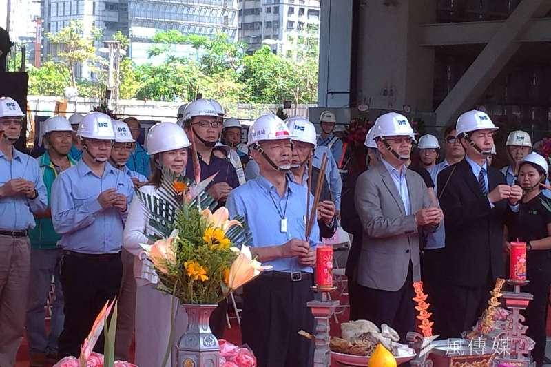 高雄市立圖書館總館共構會展文創會館在高雄市長韓國瑜等人主典下,舉行上樑儀式。(圖/徐炳文攝)