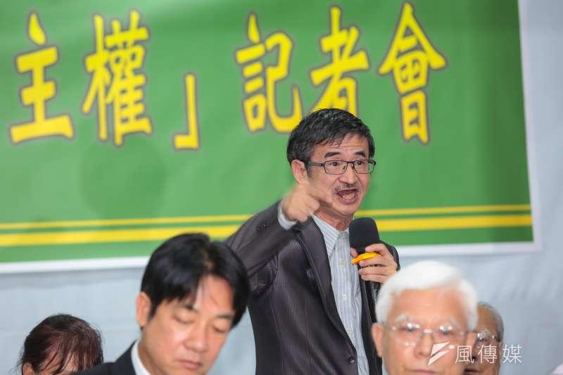 蝴蝶蘭文創董事長吳祥輝(後)今在台灣社等本土社團活動致詞說,蔡英文不倒,台灣不會好;蔡英文不下台,民進黨就會下台。(顏麟宇攝)