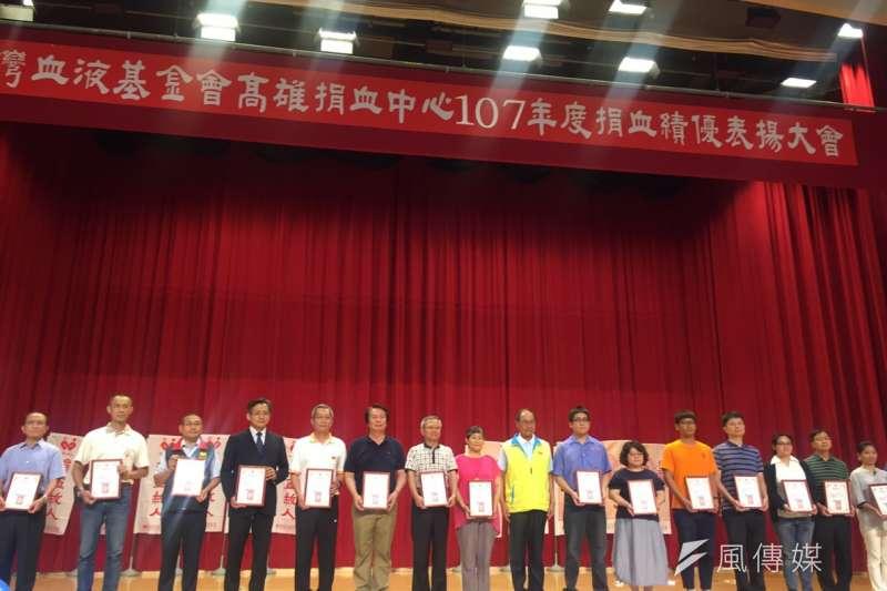 台灣中油公司石化事業部榮獲台灣血液基金會高雄捐血中心107年度捐血績優廠商。(圖/徐炳文攝)