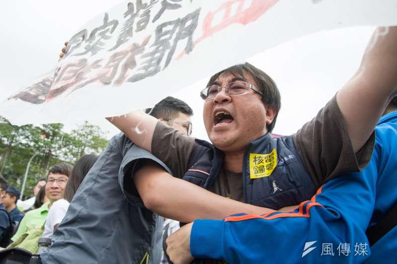 反南鐵東移自救會會長陳致曉現身反核遊行現場抗議。(甘岱民攝)