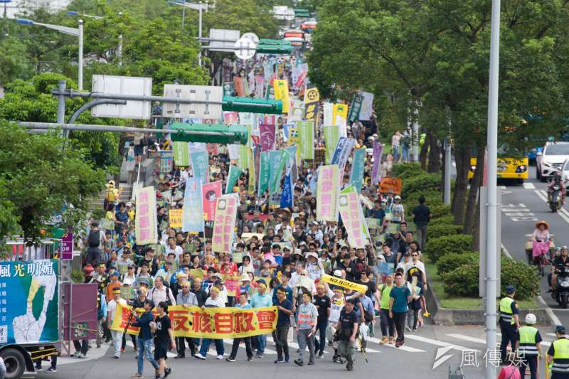 反核大遊行27日於台北、高雄兩地同步進行,圖為台北場遊行隊伍。(甘岱民攝)