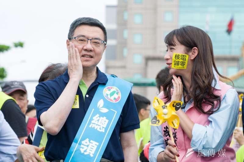 民進黨主席卓榮泰(左)在廢核大遊行中表示,台灣沒有缺電的疑慮,民進黨一定會把這個大家憂心的問題,用負責任的態度、清楚的論述,向外界說明。圖右為台北市議員許淑華。(甘岱民攝)