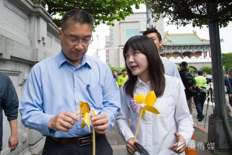 20190427-廢核大遊行,內政部長徐國勇(左)與台北市議員吳沛憶。(甘岱民攝)