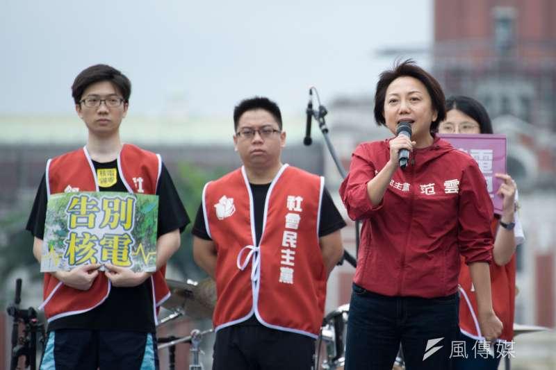 去年范雲(右)擬登記參選台北市長,台北市選委會卻以她拒繳保證金為由不受理。(甘岱民攝)