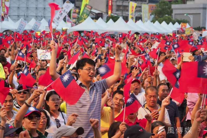 高雄市長韓國瑜晚間出現在韓粉誓師大會,粉絲熱情歡迎。(新新聞林瑞慶攝)