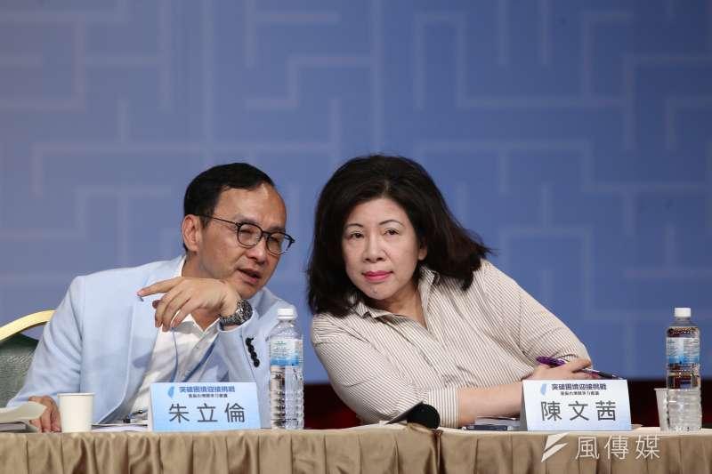 馬英九基金會舉辦「突破困境,迎接挑戰」重振台灣競爭力會議,資深媒體人陳文茜(右)和前新北市長朱立倫(左)。(陳品佑攝)