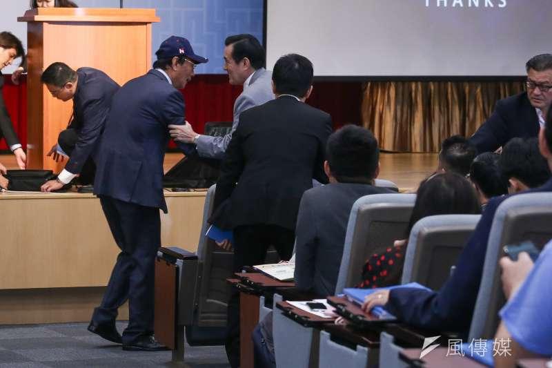 20190430-鴻海集團董事長郭台銘出席馬英九基金會舉辦「突破困境,迎接挑戰」重振台灣競爭力會議,與總統馬英九握手致意。(陳品佑攝)